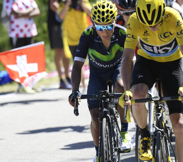 Tradičný obrázok tohtoročnej Tour - Nairo Quintana (vľavo) sleduje chrbát Chrisa Frooma.