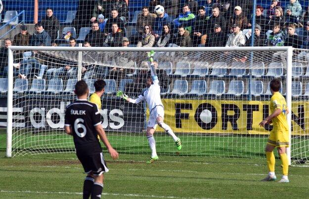 Marián Kelemen zasahuje v zápase proti AS Trenčín.