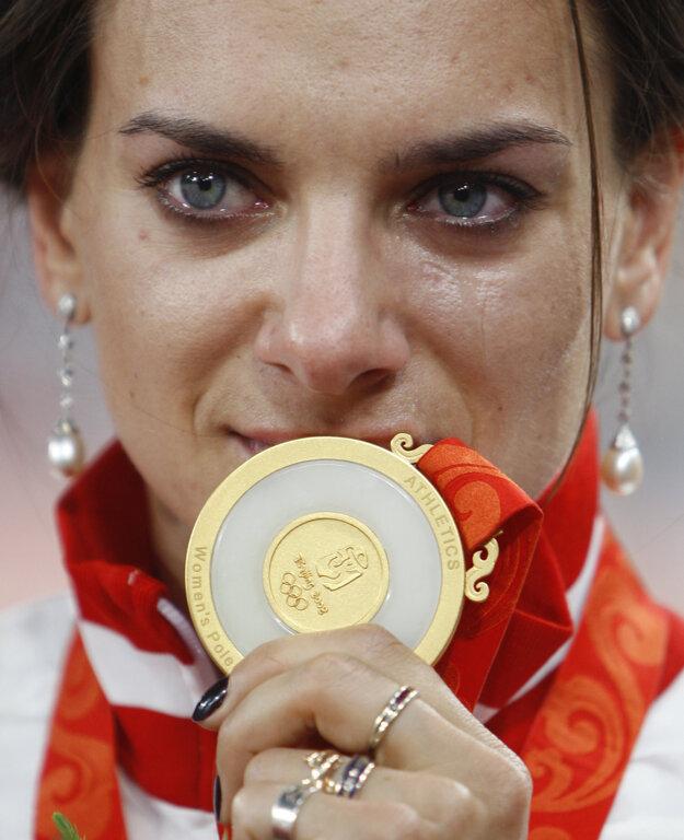 Jelena Isinbajevová pózuje so zlatou medailou z olympijských hier v Pekingu.
