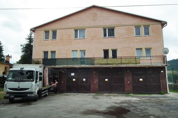 Z pôvodnej hasičskej zbrojnice sa po prestavbe stala bytovka. Jej obyvateľov trápia plesne.