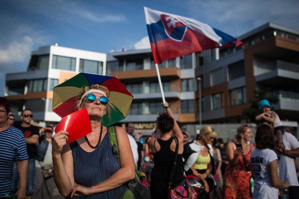 Na šiestom proteste pred komplexom Bonaparty sa zišli stovky ľudí.