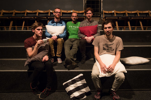Organizátori a vystupujúci: zľava Ondřej Lasák, Machinefabriek, Jarda Petřík, Lee Chapman a Wim Dehaen. Koncert zorganizovali spoločne Rádio Wave a Genot Centre