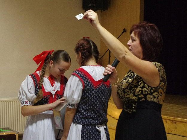 Janka Muráňová (vpravo, pri moderovaní tomboly) hovorí, že ľudia sú fantastickí v snahe pomôcť dievčatku.