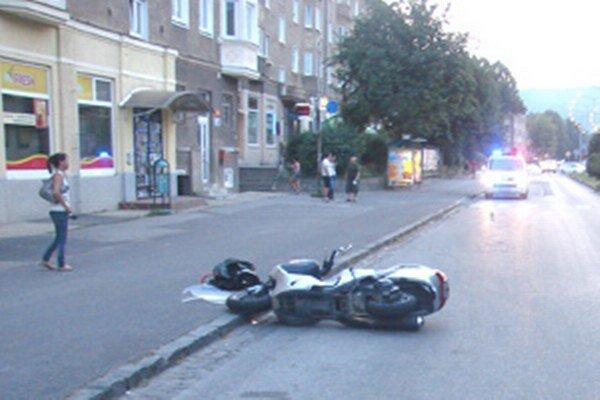 Vodič skútra utrpel pri nehode zranenia.