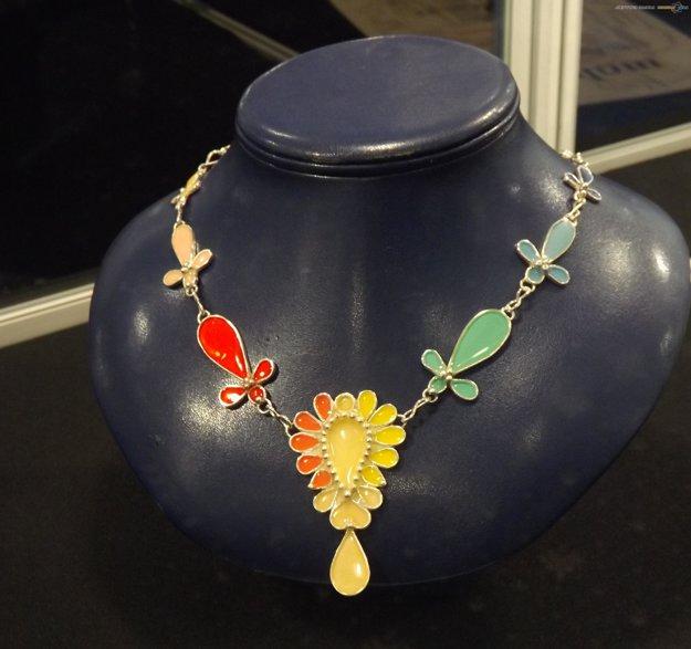 Šperk Mišky Tóthovej síce ocenenie nezískal, no pútal pohľady svojou farebnosťou.