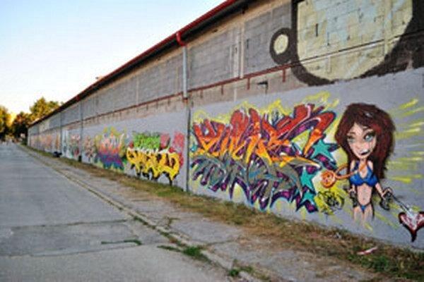 Nadšenci graffiti skrášlili budovu.