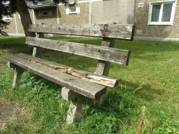 Posedenie na takejto lavičke by určite nebolo príjemné.