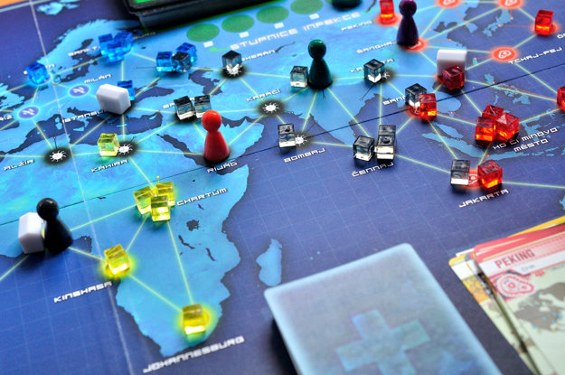 V Pandemic musia hráči spolupracovať, aby hru zdolali. Možností ako prehrať, je však mnoho.