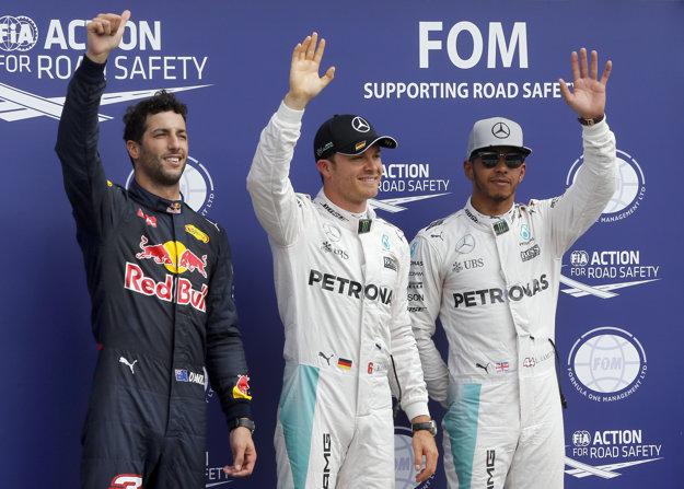 Pred objektívmi fotografov pózuje trojica najlepších zo sobotňajšej kvalifikácie - v strede víťazný Nico Rosberg, vpravo druhý Lewis Hamilton, vľavo tretí Daniel Ricciardo.