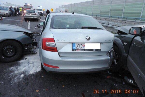Na rýchlostnej ceste R1 došlo k hromadnej dopravnej nehode.