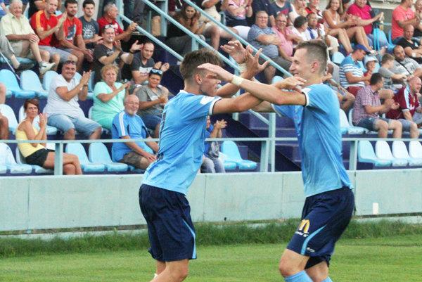 Andrej Fábry (vľavo) sa raduje s Filipom Balajom po presne kopnutom trestňáku.