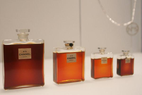 Legendárny parfém Chanel No. 5.