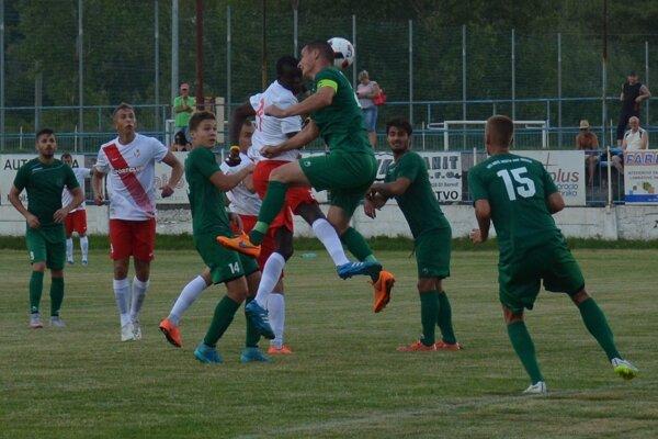 Novomešťania (v zelenom) uhrali v Seredi bod.