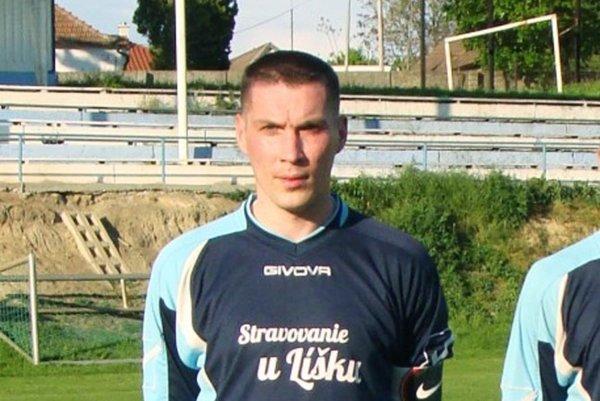 Dlhoročný hráč Zbehov Martin Kopec si vyskúša rolu rozhodcu.