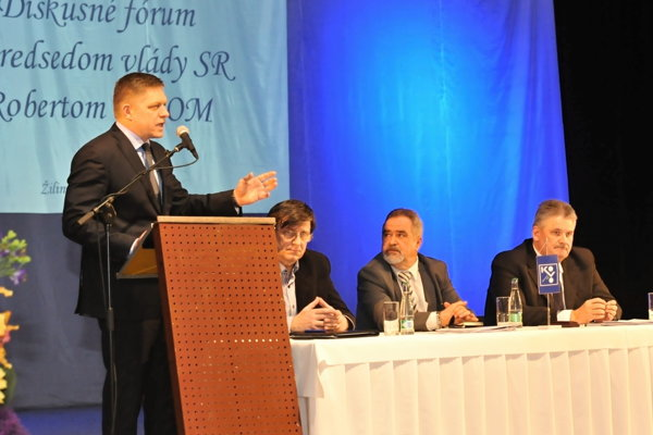 Premiér Robert Fico, prezident Konfederácie odborových zväzov Jozef Kollár (sediaci uprostred) a minister práce Ján Richter (vpravo).