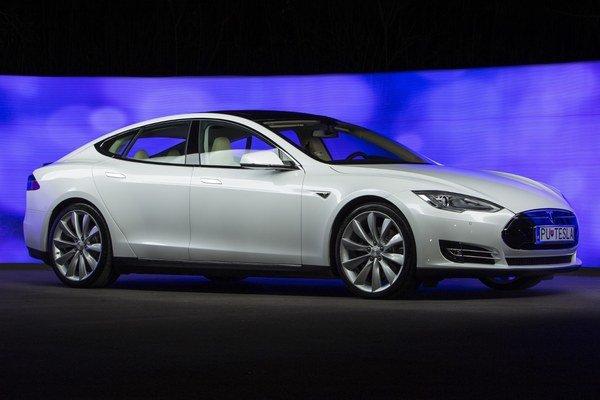Americká Tesla zatiaľ predstavuje vrchol vo svete elektromobilov. Svet zaujala dojazdom vyše 400 kilometrov na jedno nabitie a jazdnými vlastnosťami športových áut.