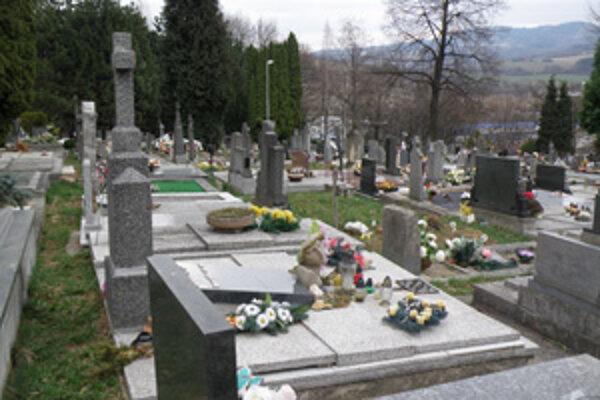 Voľných miest na pochovávanie na prievdzskom cintoríne je stále menej.