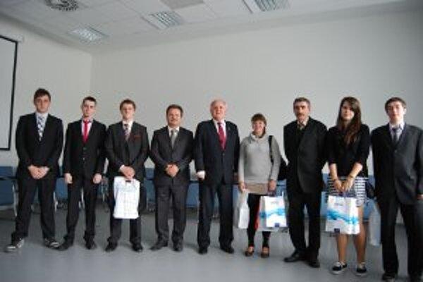 Úspešní handlovskí študenti s ministrom školstva.