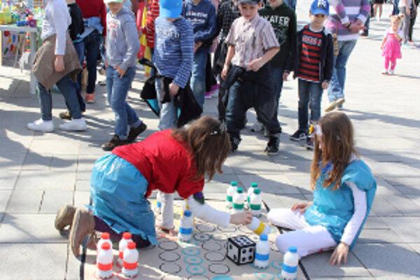 """Deti si zahrali hru """"Človeče, nehnevaj sa!"""", ktorá bola vytvorená z recyklovateľných materiálov."""