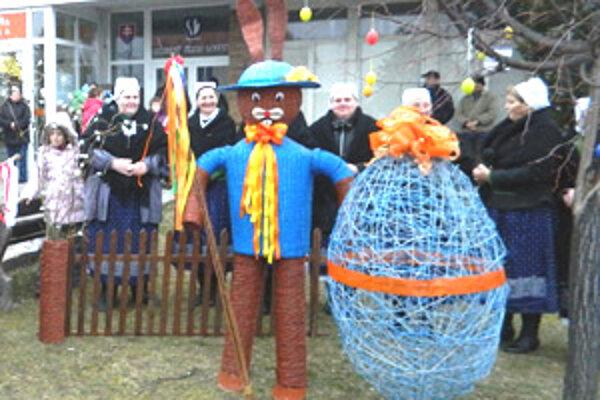 Veľkonočné sviatky spríjemňuje v Lazanoch aj takmer dvojmetrový zajac a meter vysoká kraslica.