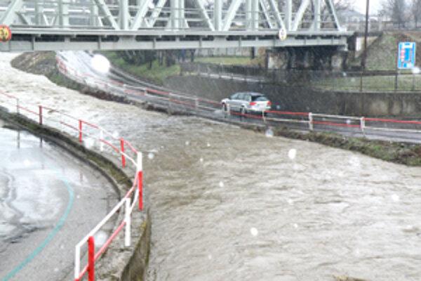 O 17. hodine chýbalo už len pár centimetrov, aby sa rieka Handlovka v Prievidzi pod železničným mostom vyliala na cestu.