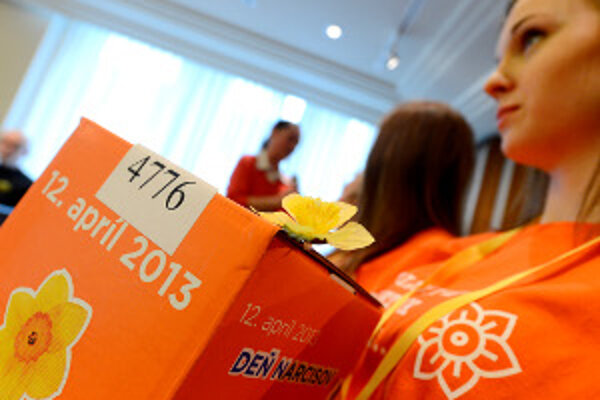 Originálne papierové pokladničky Dňa narcisov sú tento rok oranžové.