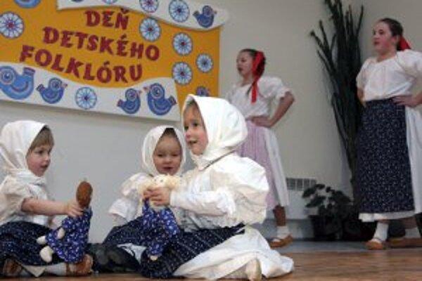 Detský folklórny súbor Gajdlanček z Kľačna pri vystúpení v Porube.