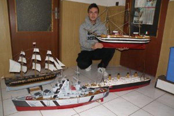 Modely lodí vytvára Ľubomír z rôznych materiálov