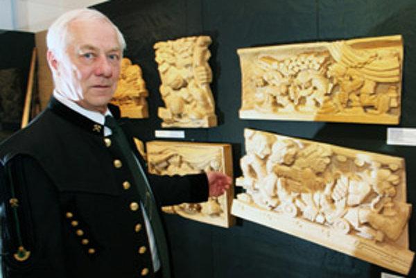 Ján Procner vystavuje svoje drevorezby v Hornonitrianskom múzeu v Prievidzi.