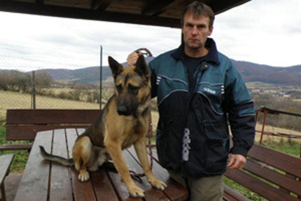Jaroslav Hrdý cvičí psov.