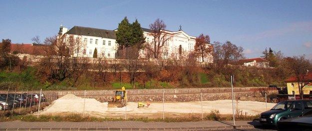 Pohľad od Mostnej ulice. Vzadu vľavo vidieť hradnú vežu.