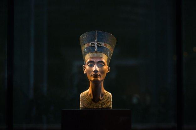 Slávna busta kráľovnej Nefertiti.