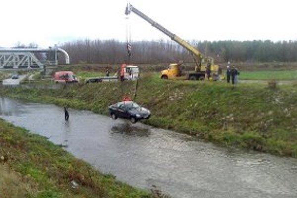 Vozidlo dostal z rieky žeriav.