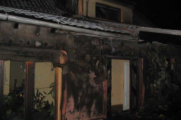 Hasiči zasahovali pri požiari rodinného domu v Bojničkách.