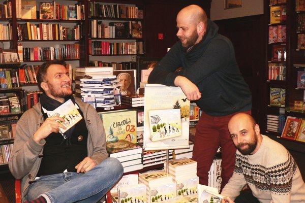 """Traja z protagonistov relácie Od veci prezentujú svoju knihu - zľava Ludwig Bagin, Juraj """"Šoko"""" Tabaček a Tomáš Hudák."""