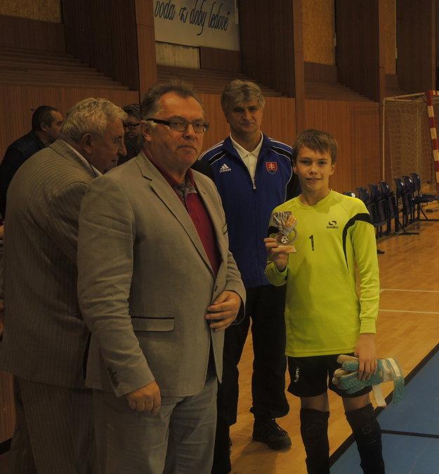Arien Lopatka si preberá cenu za nejlpšieho brankára turnaja.