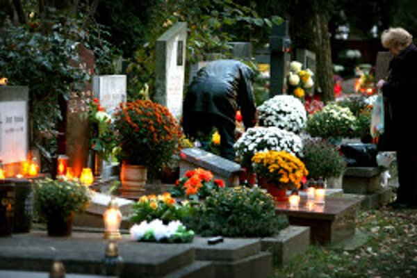 Cintoríny opäť budú plné kvetov a kahancov.