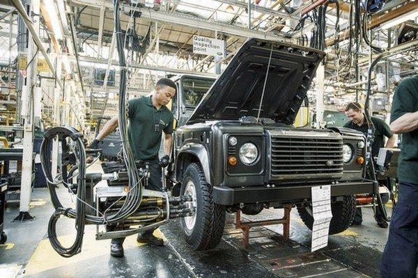 Kompletizácia modelu Defender v závode Land Rover v britskom Solihulle.
