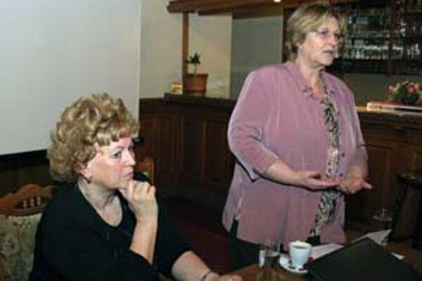 Na rokovaní Parlamentu seniorov vystúpila aj ombudsmanka Jana Dubovcová (vpravo). Na snímke je tiež prezidentka Fóra pre pomoc starším Ľubica Gálisová.