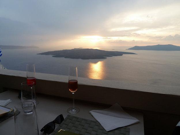 Na Santorini si môžete pri západe slnka vychutnať aj výborné miestne víno.