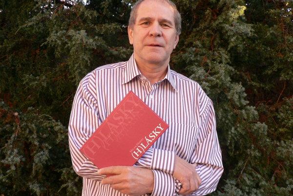 Milan Hodál so svojou novou básnickou zbierkou.