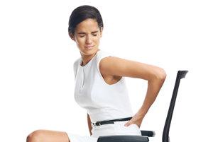 Aj nesprávne sedenie spôsobuje bolesti chrbta.