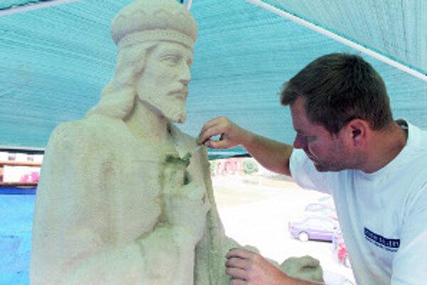 Pamätníku dominuje socha Krista.