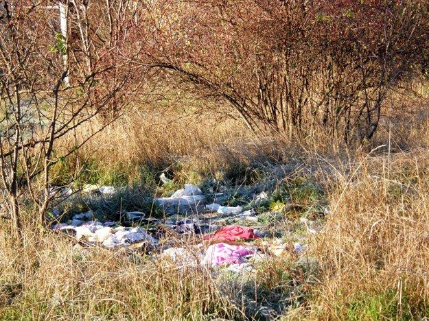 Na kopci oproti súdu sa povaľuje odpad.