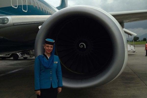 Letuška Radka Boháčová pri Boeingu 737.