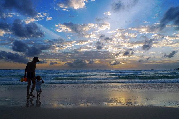 Západ slnka na jednej z mnohých pláží v Thajsku.