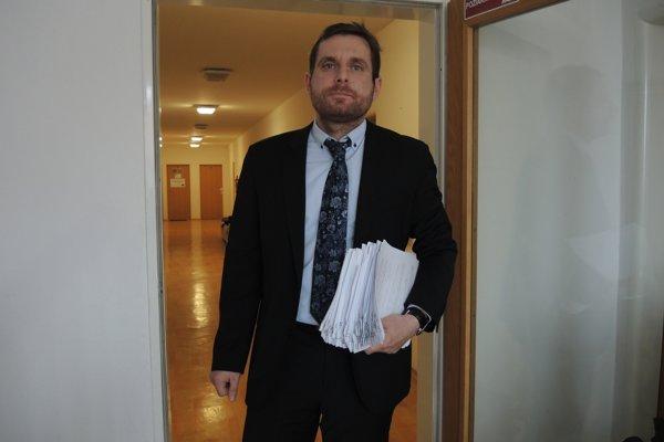 Právny zástupca Slovenskej komory sestier a pôrodných asistentiek Slavomír Slávik s výpoveďami 189 zdravotných sestier.