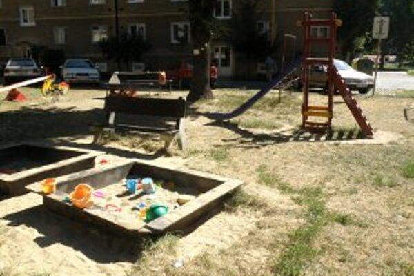 Tieto detské zariadenia z jedného dvora na sídlisku Píly musia do konca septembra zmiznúť.