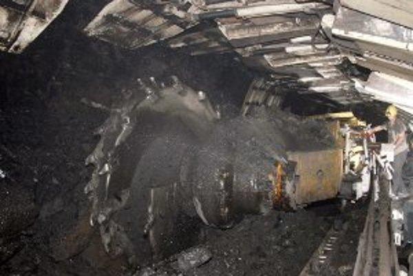 Dobývacie kombajny baníkom pomáhajú pri ťažbe uhlia.