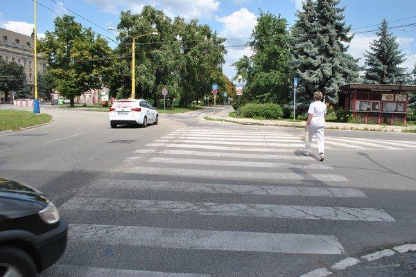 Priechod pri kruhovom objazde. Taxikár pozeral vľavo, chodci prišli sprava.